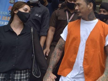 Lepas Kangen, Jerinx dan Nora Ciuman di Mobil Tahanan