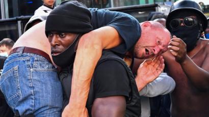 """Momen Pria Kulit Hitam Selamatkan Pria Kulit Putih dari Amukan Massa """"Rasis yang Dilunturkan?"""""""