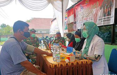 Vaksinasi Pertama di Rokan Hulu, Warga Hingga Keluarga TNI