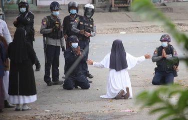 Suster Ann Roza Kembali Berlutut demi Lindungi Demonstran yang Ditembaki Aparat Myanmar